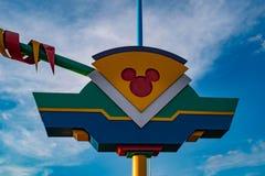 Bästa sikt av den färgrika logoen Mickey Mouse på lightblue himmelbakgrund på Walt Disney World område arkivfoto