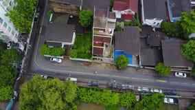 Bästa sikt av den förorts- grannskapen i Bangkok Flyg- sikt av parkerings- och takblast av Thailand husutveckling överkant Arkivfoton