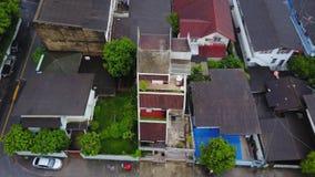 Bästa sikt av den förorts- grannskapen i Bangkok Flyg- sikt av parkerings- och takblast av Thailand husutveckling överkant Royaltyfria Foton