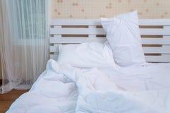 Bästa sikt av den f-sängkläderark och kudden Royaltyfri Bild