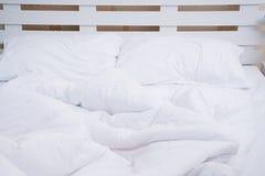 Bästa sikt av den f-sängkläderark och kudden Royaltyfria Bilder
