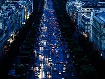 Bästa sikt av den fullsatta gatan med massor av bilar Nattvår i th Royaltyfri Bild