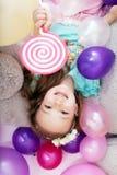 Bästa sikt av den glade lilla flickan som poserar med ballonger arkivfoton