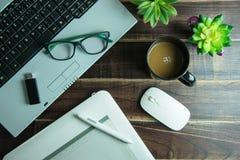 Bästa sikt av den grafiska designen för kontorsmaterial med lapto för pennmusblock Arkivfoto