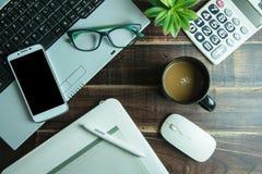 Bästa sikt av den grafiska designen för kontorsmaterial med lapto för pennmusblock Royaltyfri Fotografi