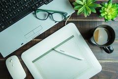 Bästa sikt av den grafiska designen för kontorsmaterial med lapto för pennmusblock Royaltyfria Foton