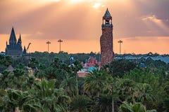 Bästa sikt av den Hogwarts slotten och ön av affärsföretagfyren på färgrik solnedgånghimmelbakgrund på Universal Studios område 3 royaltyfri foto