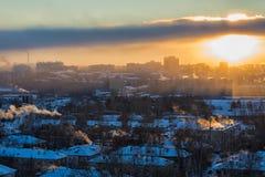 Bästa sikt av den industriella staden på solnedgången Royaltyfri Bild
