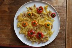 Bästa sikt av den italienska pastafusillien med grönsaker arkivbilder