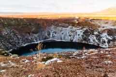 Bästa sikt av den Kerid krater med den blåa sjön på soluppgång Den guld- cirkeln turnerar Island landskap Royaltyfri Bild