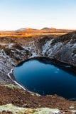 Bästa sikt av den Kerid krater med den blåa sjön på soluppgång Den guld- cirkeln turnerar Island landskap Arkivfoto