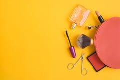 Bästa sikt av den kosmetiska påsen med makeupobjekt Fotografering för Bildbyråer