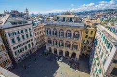 Bästa sikt av den Lawrence San Lorenzo fyrkanten i den historiska mitten av Genua, Italien arkivbild