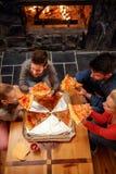 Bästa sikt av den lyckliga familjen som äter pizza royaltyfri fotografi