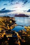 Bästa sikt av den norska staden av Alesund, nattbelysning, solnedgångtid royaltyfri bild