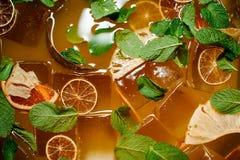 Bästa sikt av den nya orange lemonaddrinken med is och mintkaramellen Arkivfoton