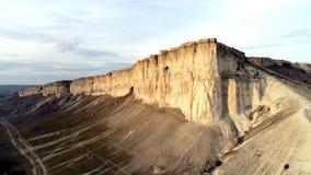 Bästa sikt av den rena klippan skjutit Förbluffa panoramautsikt av brant vit vagga med erosion på dess fot Vitt berg med arkivbild