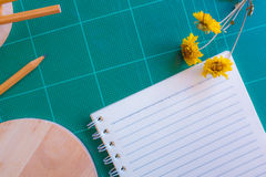Bästa sikt av den rubber skäraren, anteckningsbok, blyertspenna, idealt bruk för bakgrund Arkivfoto