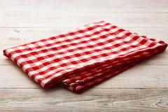 Bästa sikt av den rutiga bordduken på den vita trätabellen Arkivfoto