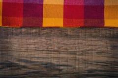 Bästa sikt av den rutiga servetten på trätabellen Royaltyfria Foton