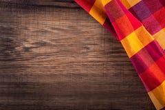 Bästa sikt av den rutiga servetten på trätabellen Royaltyfri Foto