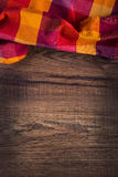 Bästa sikt av den rutiga servetten på trätabellen Arkivfoton
