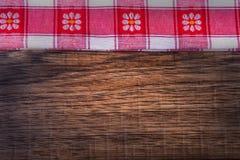 Bästa sikt av den rutiga servetten på trätabellen Arkivfoto
