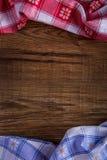 Bästa sikt av den rutiga servetten på trätabellen Royaltyfri Bild