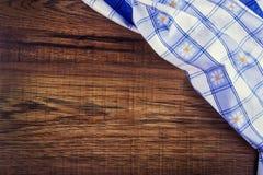 Bästa sikt av den rutiga servetten på trätabellen Royaltyfri Fotografi