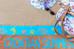 Bästa sikt av den sandiga stranden med sommartillbehör och kopieringsutrymme runt om produkter Royaltyfria Bilder