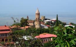 Bästa sikt av den Signagi staden i den Georgia, Kahety regionen, tak, kyrkligt torn och fästning med grönt lock på bakgrunden Royaltyfri Fotografi