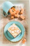 Bästa sikt av den smaskiga kolakakan på blått porslin arkivbild
