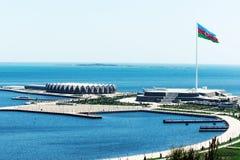 Bästa sikt av den statliga flaggafyrkanten i kustlinje i Baku, Azerbajdzjan Höjden av flaggstången som installeras i området - 16 fotografering för bildbyråer
