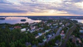 Bästa sikt av den Tammerfors staden på den härliga solnedgången arkivfoto