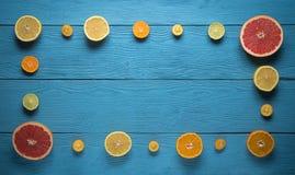 Bästa sikt av den tomma ramen från klippt citrusfrukt Arkivfoton
