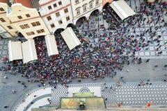 Bästa sikt av den turist- folkmassan i gammal stadfyrkant i Prague Royaltyfri Foto