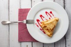 Bästa sikt av den vikta pannkakan på den vita plattan Royaltyfria Foton