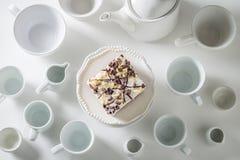 Bästa sikt av den vita kakan med mousse, choklad och porslin arkivbilder