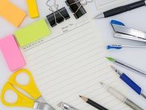 Bästa sikt av det färgrika stationära hjälpmedlet för grupp inklusive blyertspennan, penna Royaltyfria Foton