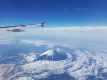 Bästa sikt av det fuji berget och vingen av luftnivån från fönster arkivbild