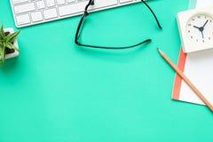 Bästa sikt av det moderna färgrika kontorsskrivbordet Arkivfoto