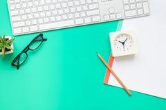 Bästa sikt av det moderna kontorsskrivbordet Royaltyfri Fotografi