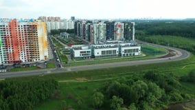 Bästa sikt av det nya färgrika bostadsområdet av Moskva arkivfilmer