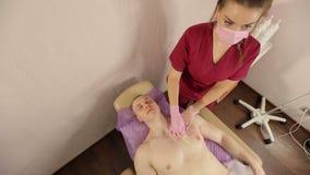 Bästa sikt av det yrkesmässiga hårborttagningstillvägagångssättet från det manliga bröstet lager videofilmer