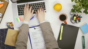 Bästa sikt av dokument och att arbeta för affärskvinna fyllande på bärbara datorn lager videofilmer