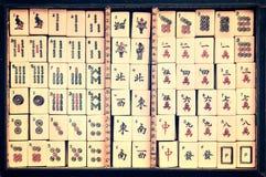 Bästa sikt av en ask av antika Mahjong tegelplattor arkivbilder