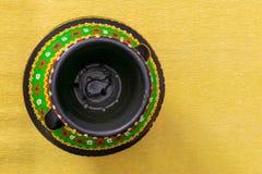 B?sta sikt av en f?rgrik egyptier handcrafted konstn?rlig krukmakerivas p? guling royaltyfri foto