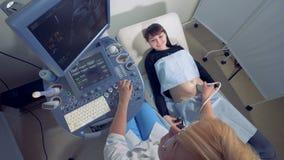Bästa sikt av en gravid dam under ultraljudtillvägagångssätt stock video