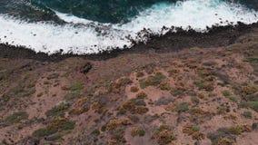 Bästa sikt av en härlig kustlinje med långa vågor och turkosvatten stock video