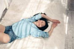 Bästa sikt av en härlig ung brunettkvinna med långt hår som lägger över vit bakgrund fotografering för bildbyråer